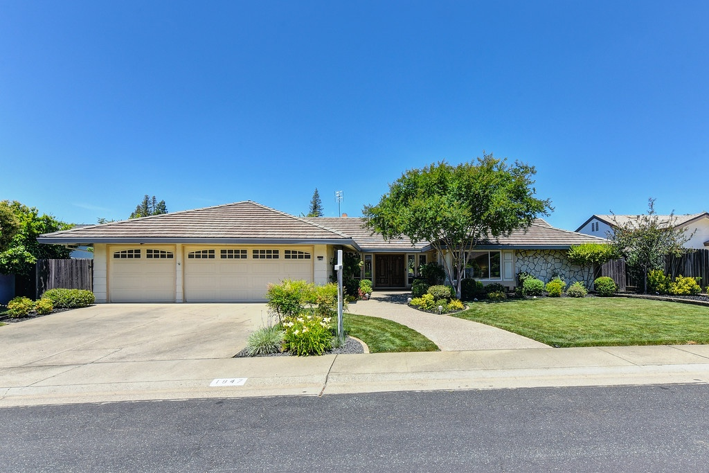 Beautiful rancher in Roseville with Manicured grounds!