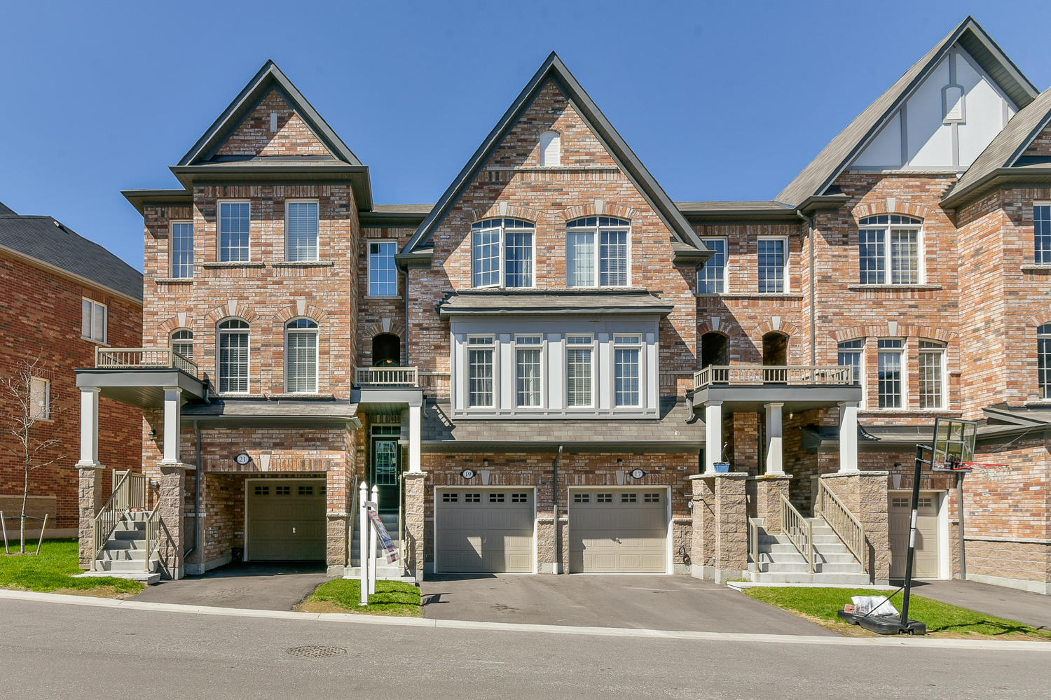 Stunning Town Home in High Demand Neighbourhood