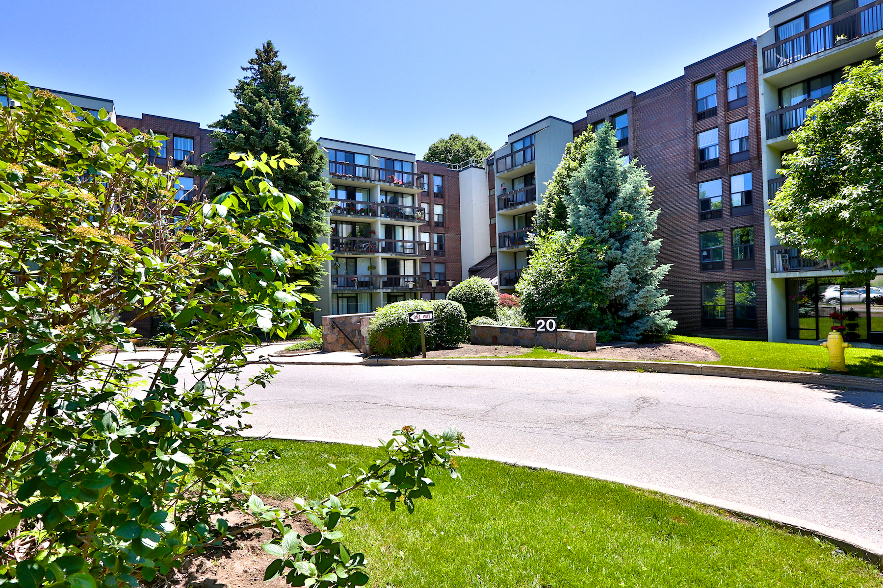 Beautiful, Ground Floor Corner Unit Apartment in Prestigious Willowdale!