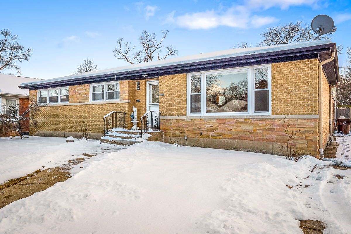 3,000 SQ FT SKOKIE HOME W/ HUGE BACKYARD!